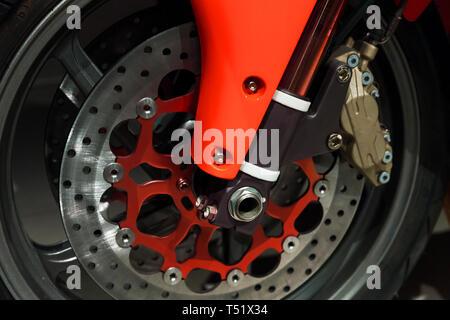 Vordere Motorrad rad Fragment mit Bremsscheibe und roten Teile. Nahaufnahme - Stockfoto