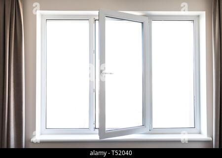 Weißes Metall Kunststoff Fenster mit Balkon in modernen Apartment - Stockfoto