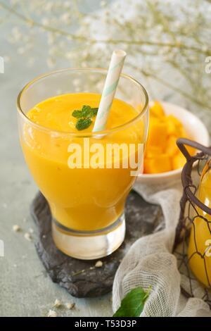 Mango Lassi/Indian mango Joghurt Drink, selektiver Fokus - Stockfoto