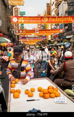 Thailand, Bangkok, Chinatown, Thanon Yaowarat, Mann verkaufen Orangen von Straßenkontrollen barrow - Stockfoto