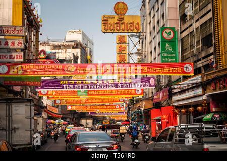 Thailand, Bangkok, Chinatown, Thanon Yaowarat, Chinesischen neue Jahr Werbung promotion Banner oben Straße - Stockfoto