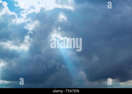 Sonnenstrahl durch die Wolken - Stockfoto