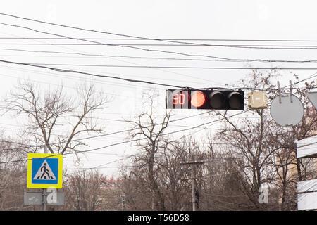 Der Ampel leuchtet rot. Es gibt 90 Sekunden bevor die Farbe ändern. Es gibt auch einen Fußgängerüberweg Zeichen im Hintergrund. - Stockfoto