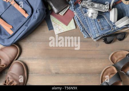 Rucksack Zubehör und Einzelteile auf Holz Hintergrund mit Kopie Raum vorzubereiten, Flach, Ansicht von oben Hintergrund - Stockfoto