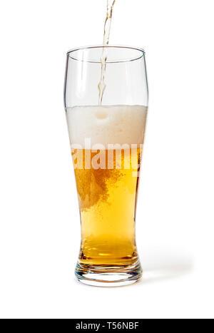 Pint Glas mit Bier mit Freistellungspfad isoliert gefüllt. Fokus auf Blasen - Stockfoto