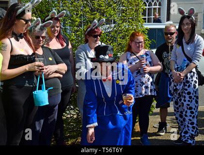 Ein Team von Bunny Mädchen, die an der jährlichen Karfreitag Murmeln Wettbewerb in Fancy Dress in der Schlacht Marktplatz, Battle, East Sussex, Großbritannien - Stockfoto