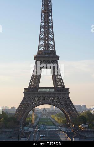 Paris, Frankreich. 21. April 2019. Sonnenaufgang auf dem Eiffelturm, und entlang der Seine, am Ostersonntag morgen in Paris. Touristen und Paare geniessen Sie die weltberühmten Sehenswürdigkeiten an einem schönen Morgen in der Dämmerung in der französischen Hauptstadt. Credit: Francesca Moore/Alamy leben Nachrichten - Stockfoto