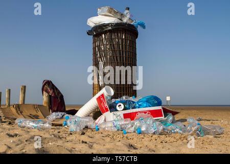 Southport, Merseyside, UK. 22. April 2019. Bank Holiday Beach Ablagerungen. Nach einem heißen und sonnigen Wochenende, Touristen und Urlauber ein Berg von Müll hinterlassen, allgemeine Müll und Abfall Kunststoff alle über den Strand in Southport, Merseyside gestreut. Menschen wurden von Windeln verwendet und leere Flaschen Alkohol als Sefton Rat versäumt, bevor neue Besucher zu den Seaside Resort ankamen zu reinigen. Credit: cernan Elias/Alamy leben Nachrichten - Stockfoto