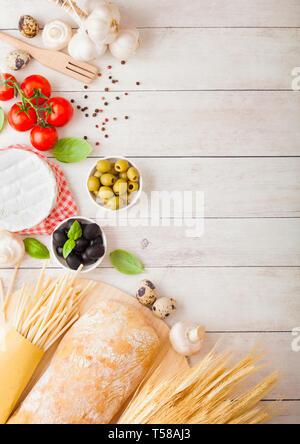 Hausgemachte spaghetti Pasta mit Wachteleier mit Flasche Tomatensoße und Käse auf Holz Hintergrund. Klassische italienische Dorf essen. Knoblauch, Champignons, - Stockfoto