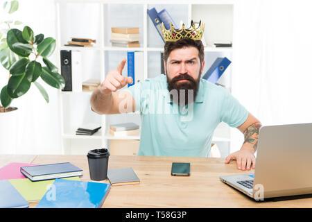 Die Ausstellung Dekret. Büro ist mein Reich. König von Office. Man bärtige Geschäftsmann tragen goldene Krone. Top Manager head Office. Chef genießen Herrlichkeit. Leiter - Stockfoto