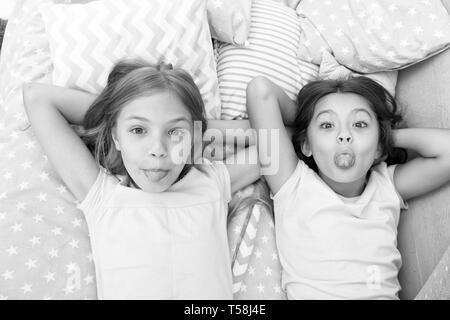 Kinder spielerisch gelaunt zusammen Spaß zu haben. Pyjamaparty und Freundschaft. Schwestern gerne kleine Kinder entspannen im Schlafzimmer. Die Freundschaft der kleinen Mädchen. Freizeit und Spaß. Spaß mit bester Freund. - Stockfoto