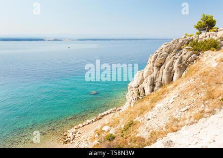 Stanici, Omis, Kroatien, Europa - türkisblaues Wasser am wunderschönen Strand von Stanici - Stockfoto