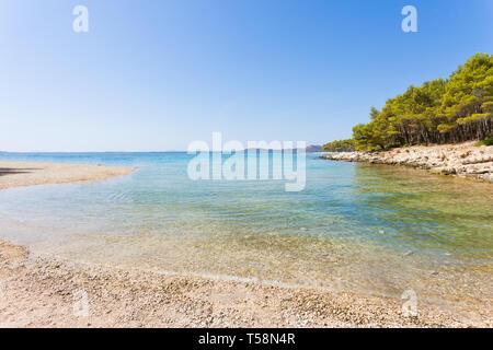 Pine Beach, Pakostane, Kroatien, Europa - ruhige Landschaft Am natürlichen Strand von Pakostane - Stockfoto