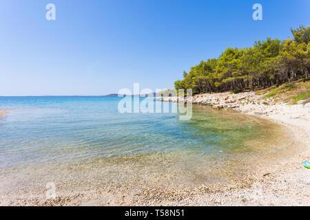 Pine Beach, Pakostane, Kroatien, Europa - Besuch der türkisfarbenen Bucht von Punat - Stockfoto