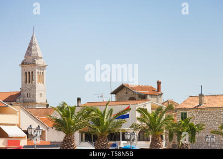 Pakostane, Kroatien, Europa - Palmen an der Altstadt von Zadar - Stockfoto