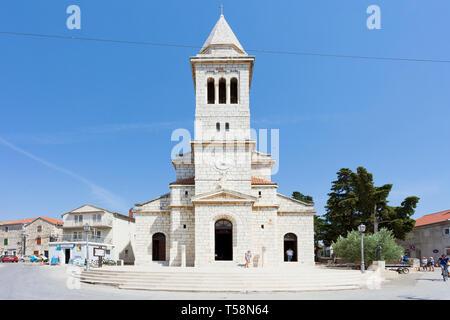 Pakostane, Kroatien, Europa - 27. August 2017 - Touristen zu Fuß rund um den Kirchturm von Pakostane - Stockfoto