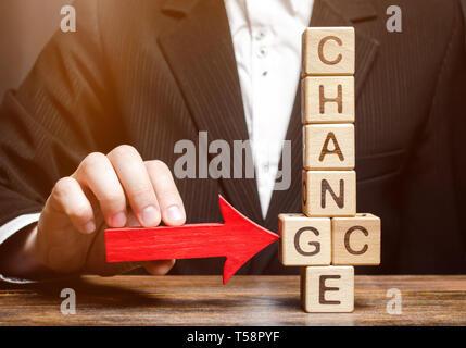 Geschäftsmann auf Holzklötze mit dem Wort ändern. Die persönliche Entwicklung. Karriere Wachstum oder selbst ändern. Motivation, Ziel - Stockfoto