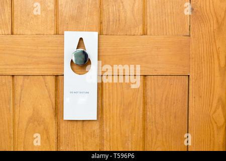 Bitte keine Zeichen auf geschlossenen Holztür des Hotel Zimmer stören. - Stockfoto