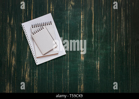 Notebooks öffnen, leere Seiten, Holz-, dunkel, Hintergrund, Konzept, Bildung, Ausbildung, Schule, Hörsaal, Tafel,