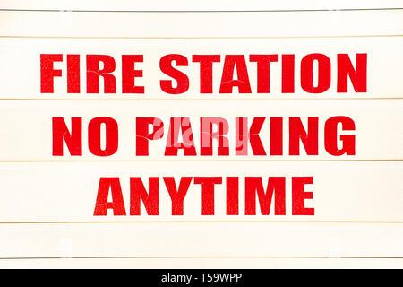 Kein Parkplatz anmelden auf ein garagentor an der Spekulant Volunteer Fire Company Station in Spekulant, NY, USA - Stockfoto