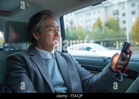 Der Mann im Auto Telefon - Stockfoto