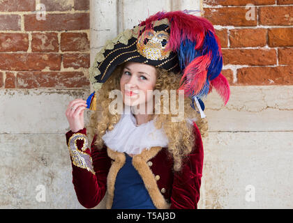 Schöne blonde Frau in Kostüm und Federhut, Karneval in Venedig, Italien - Stockfoto