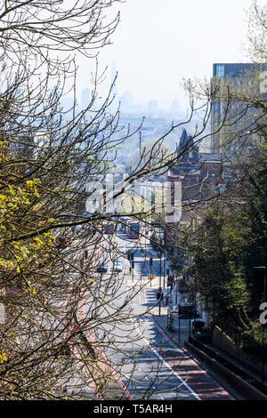 Blick von Hornsey Lane Bridge entlang Torbogen Straße, Gebäude, der Shard und St Paul's nur in der Ferne sichtbar durch die Hitze Dunst und Verschmutzung - Stockfoto