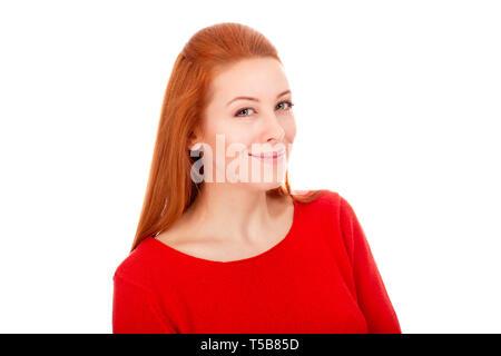 Closeup Portrait einer schönen Frau in ihrem 30s bei der Kamera lächelnd legere Bluse Rot auf weißem Hintergrund wand Posieren auf der Suche - Stockfoto