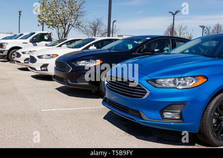 Noblesville - ca. April 2019: Ford Auto- und LKW-Händler. Ford verkauft Produkte unter dem Lincoln und Motorcraft Marken - Stockfoto