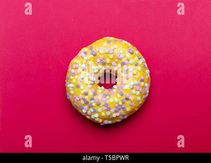 Lemon Donut mit Stern Dekoration auf rote Farbe Hintergrund isoliert, Nähe zu sehen. - Stockfoto