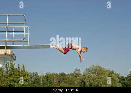 Junge springen Tauchen - Plattform - Stockfoto