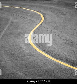 Geschwungene Straße Bürgersteig mit einem gelben Streifen. - Stockfoto