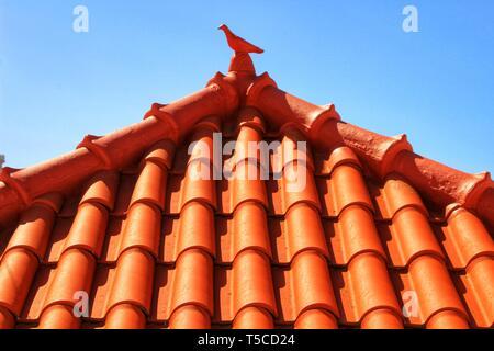 Dach in Azenhas do Mar Haus mit wunderschönen Keramik Taube auf der Oberseite - Stockfoto