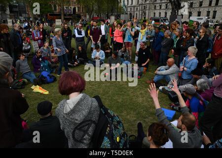 London, Großbritannien. 24. Apr 2019. Hunderte Demonstranten Klimawandel fortzusetzen und Straße Block am Tag 9 mit schweren Polizei - Aussterben Rebellion, am Parliament Square, am 24. April 2019, London, UK Bild Capital/Alamy leben Nachrichten - Stockfoto