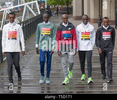 London, Großbritannien. 24. April 2019. Elite Männer Marathon Athleten nehmen an einem Fotoshooting im Tower Hotel vor der London Marathon am Sonntag, den 28. April. Bild: Tola (ETH), Kiptum (KEN), Farah (GBR), Kipchoge (KEN) und Kitata (ETH). Credit: Malcolm Park/Alamy Leben Nachrichten. - Stockfoto