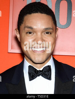 "MANHATTAN, NEW YORK CITY, NEW YORK, USA - 23. April: Trevor Noah kommt an die 2019 mal 100 Gala im Frederick S. Rose Hall bei Jazz at Lincoln Center"" am 23. April 2019 in Manhattan, New York City, New York, United States. (Foto durch Image Press Agency) - Stockfoto"