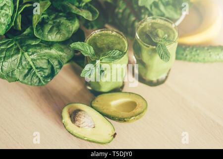 Grüne Smoothie in Gläsern - Stockfoto