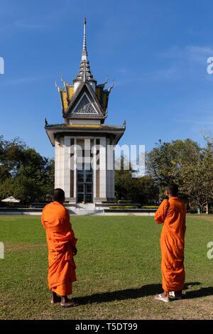 Buddhistische Mönche vor dem Mahnmal Stupa, Pagode, Killing Fields des Khmer Rouge, Choeung Ek, Phnom Penh, Kambodscha - Stockfoto