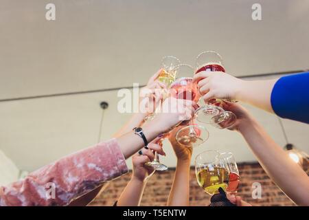 Champagner Gläser in den Händen der Menschen an der Partei. - Stockfoto