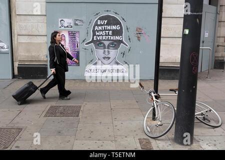 Im 10. aufeinanderfolgenden Tag der Proteste rund um London durch die Klimawandel Kampagne Aussterben Rebellion, Passanten vorbei ein Poster über Abfälle, 24. April 2019, bei Marble Arch, London, England. - Stockfoto