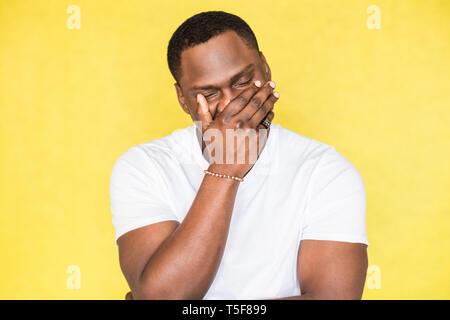 African American Man bedeckte sein Gesicht mit der Hand - Stockfoto