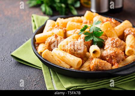 Nudeln mit Hackfleischbällchen in Tomatensauce. - Stockfoto