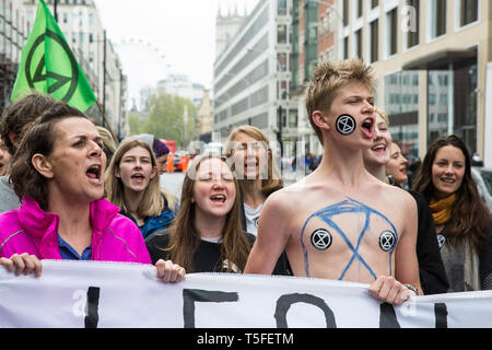 London, Großbritannien. 24. April 2019. Klimawandel Aktivisten vor dem Aussterben Rebellion block Victoria Street, am zehnten Tag des Internationalen Rebellion - Stockfoto