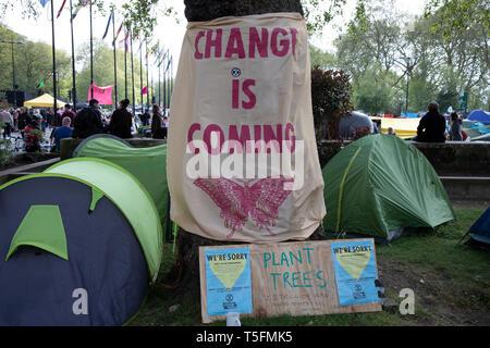 Aussterben Rebellion am Marble Arch Camp aus Protest, dass die Regierung nicht genug um die katastrophalen Klimawandel zu vermeiden und zu verlangen, dass sie die Regierung radikale Maßnahmen zu ergreifen, um den Planeten zu retten, die am 24. April 2019 in London, England, Vereinigtes Königreich. Aussterben Rebellion ist ein Klimawandel Gruppe begann im Jahr 2018 und hat eine riesige Fangemeinde von Leuten zu friedlichen Protesten begangen. - Stockfoto