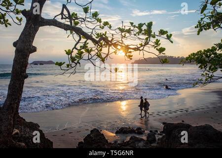 Paar in den Sonnenuntergang am Strand Espadilla Norte, Manuel Antonio, Quepos, Costa Rica - Stockfoto