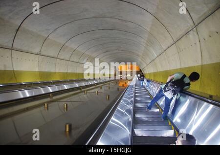 Eine riesige Rolltreppe zum Washington D.C. u-u-u-bahn Verkehr. - Stockfoto