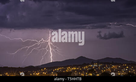 Starke Gewitter im dunkel lila Himmel über der Stadt Sao Jose dos Pinhais, Parana, Brasilien