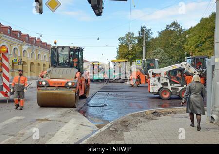 Sankt-petersburg. Russland. Oktober. 15.2018. laufen derzeit die Verlegung der Straße Asphalt. Arbeitet in der beschleunigten Modus durchgeführt werden. - Stockfoto