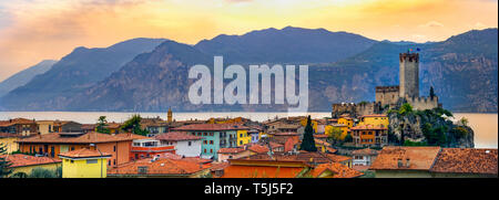 Italienisches Dorf Skyline von Malcesine friedliche Panoramablick auf die Stadt am Gardasee waterfront Romantische horizontalen Panorama und idyllischen malerischen Burg