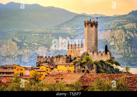 Italienisches Dorf Malcesine friedliche Stadt und Burg am Gardasee waterfront romantisch idyllische malerischen Sonnenuntergang
